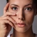 Як розгладити зморшки під очима