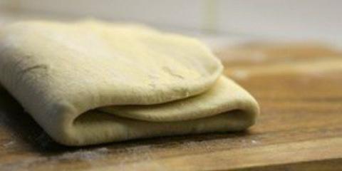 Слойки з листкового тіста. Рецепти з м`ясною, сирною, сирної та фруктовою начинкою